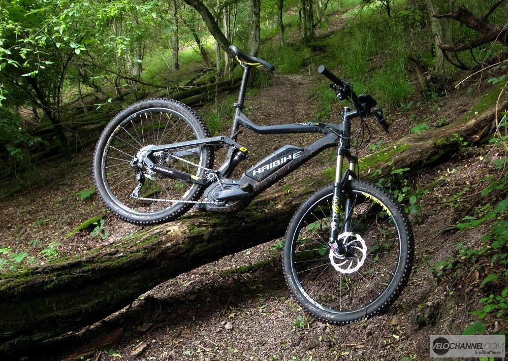 Haibike XDuro FullSeven Pro posé sur un tronc d'arbre