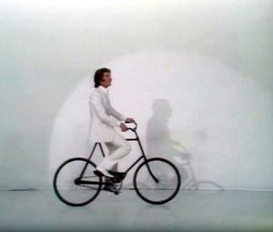Joe Dassin sur un vélo