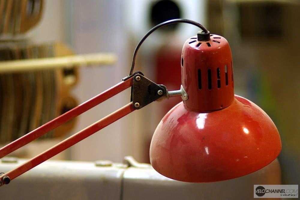lampe rouge dans les bureaux d'In'Bô
