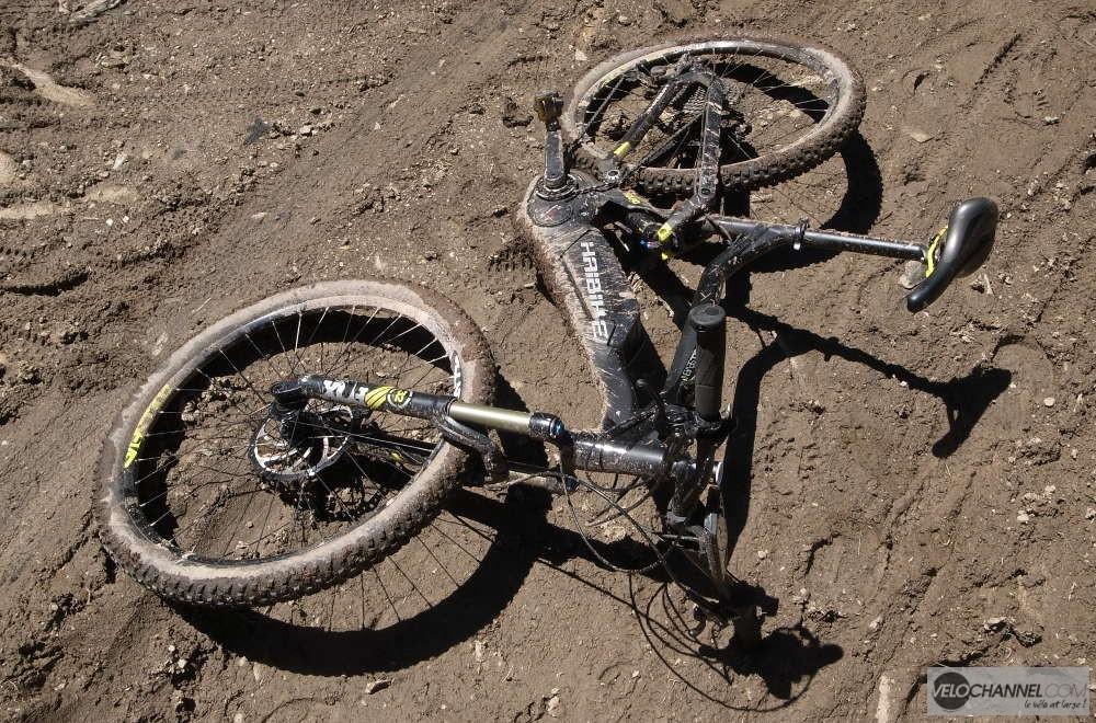 Haibike XDuro couché dans la boue