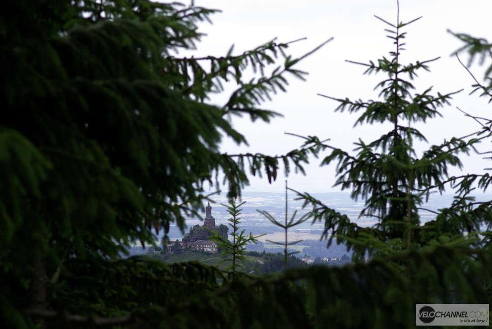 vue entre les sapins en redescendant vers le col de la Schleif