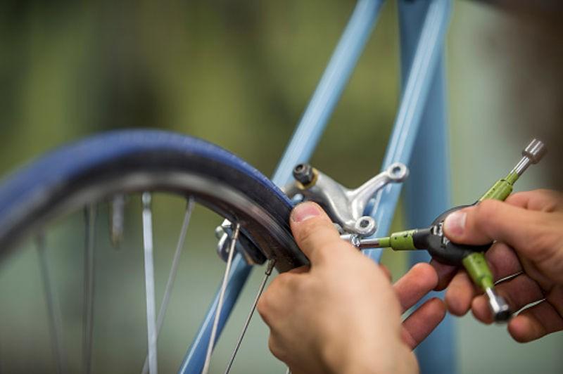 réparation d'un frein arrière sur un vieux vélo