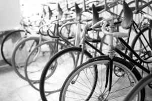 vélos alignés en noir et blanc