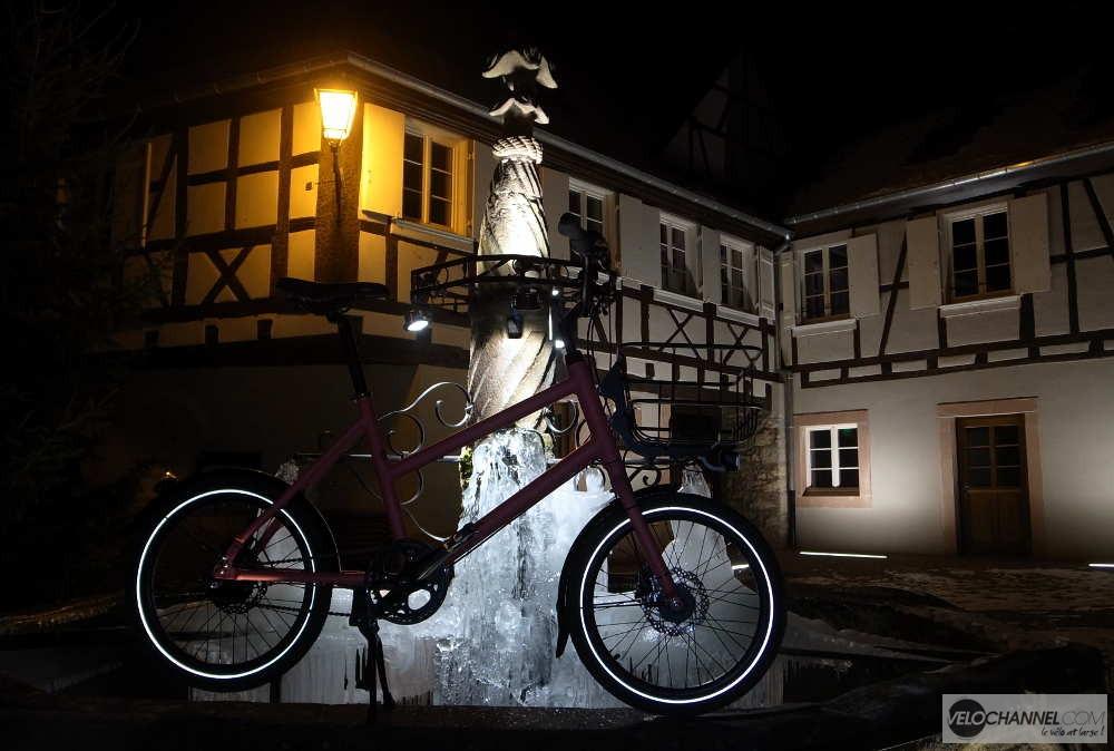 Orbea katu 20 de nuit devant une fontaine gelée