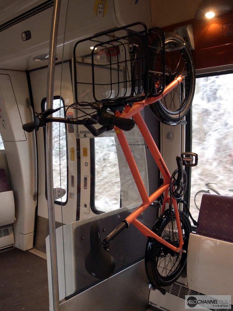 Orbea katu accroché dans un wagon de TER
