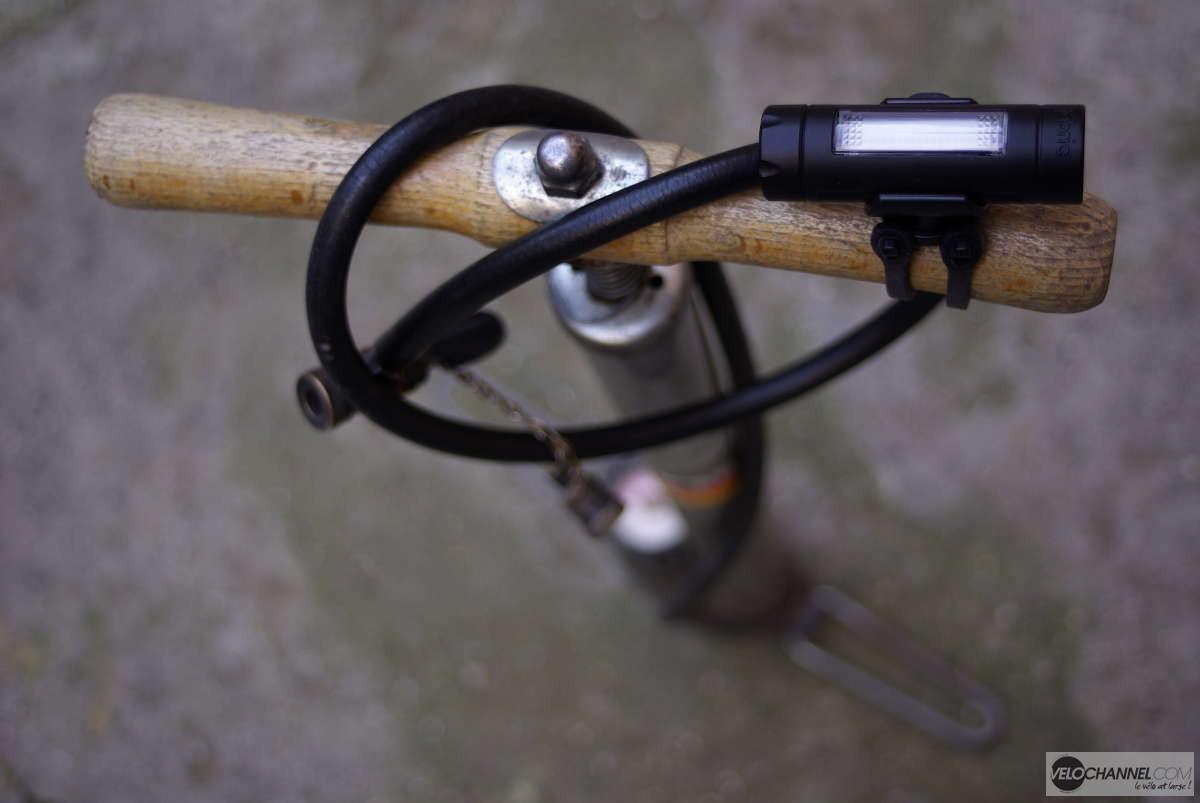 bretzel avec le flexible d'une pompe à pied et éclairage vélo fabric