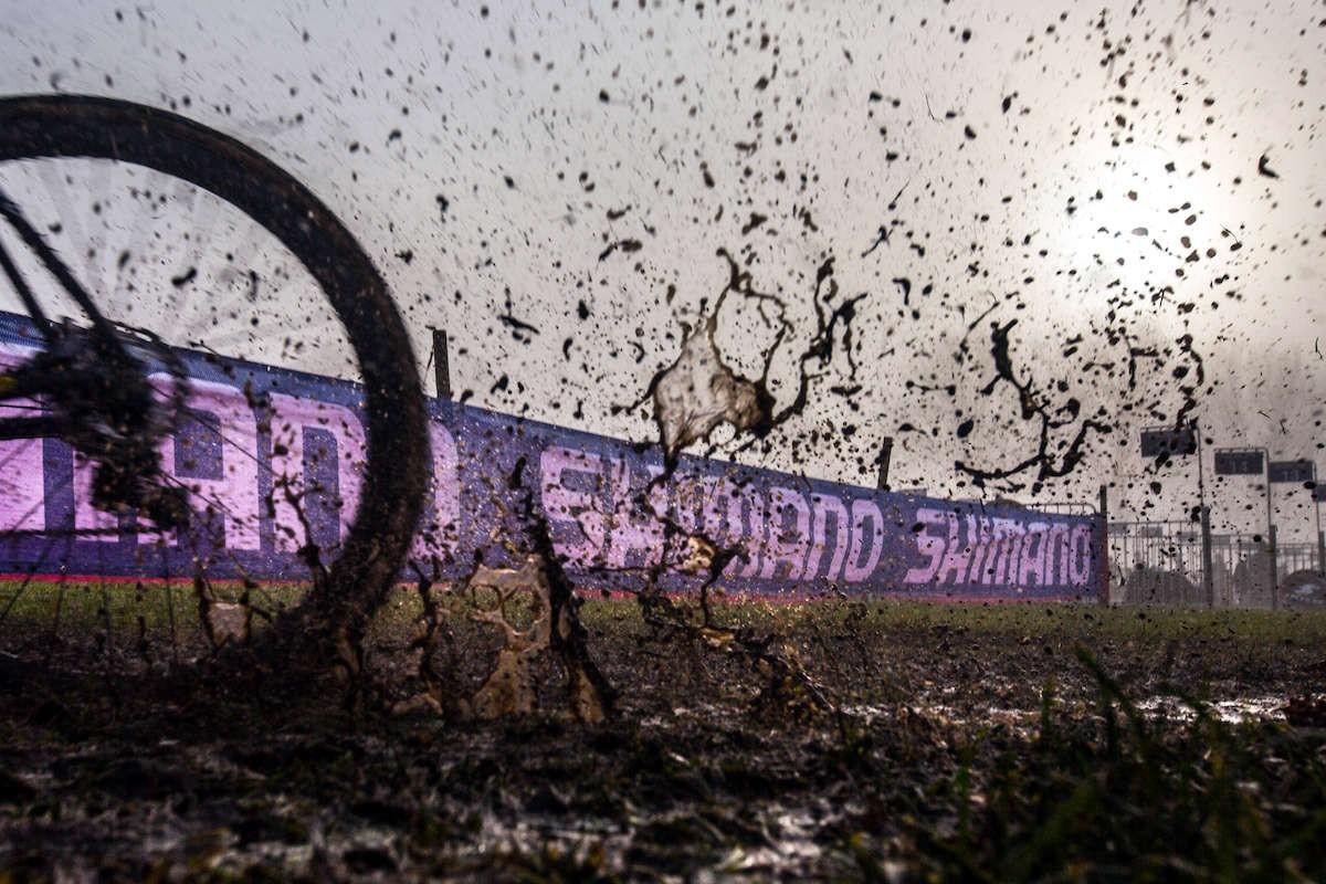 éclaboussures de cyclo-cross sur fond de bannières Shimano